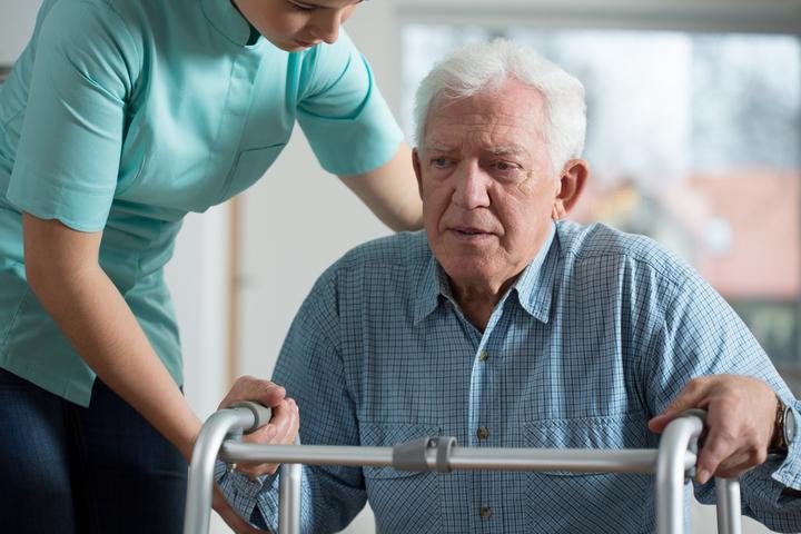 خدمة العلاج الطبيعي لكبار السن ومشكلات التوازن في المنزل